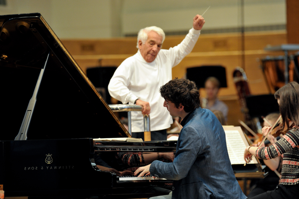 RCM student performs a piano concerto with the RCM Symphony Orchestra 和 Vladimir Ashkenazy