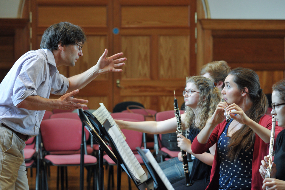 Head of 木管乐器 Simon Channing rehearses with students